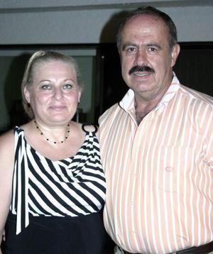 Patricia Sepúlveda de Díaz acompañada por su esposo Francisco Díaz, en la reunión que se le ofreció con motivo de su cumpleaños.