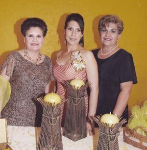 <b>22 de junio </b><p>  La futura novia acompañada por su mamá, María Teresa García de Romero y su suegra, María de los Ángeles Arreola León.