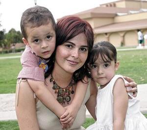 Rosetta Urrutia de Teja con sus hijos Mikel y María Julia Teja Urrutia