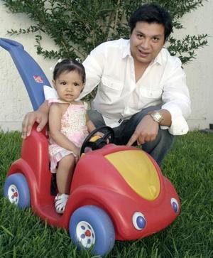 <b>21 de junio</b><p> Un feliz Día del Padre disfrutó Javier Bartoluchi, al lado de su hijita Tamara.