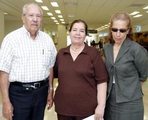 <b>21 de junio</b><p> Martha Valdez y Rosario Valdez viajaron a México y las despidió Wilfrido Treviño