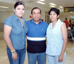 Enrique Huízar viajó a Minatitlán y fue despedido por Yolanda Rayos y Yamile Huízar.