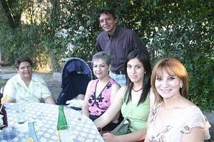 Lucy Ortega, Mónica Ortega, Alfredo Ortega, Martha de Ortega, María de los Ángeles Medina y Leonardito Sosa, captados en una reunión social.
