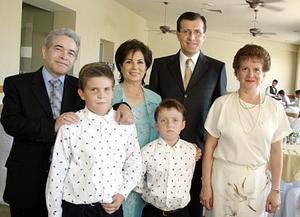 Eduardo y Sebastián Sayavedra Ruiz en compañía de sus papás, Eduardo y Gloria Sayavedra, así como de sus padrinos Jesús y Alma Campos.