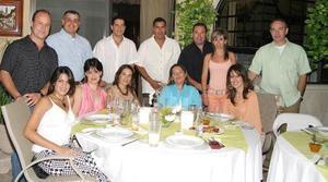 El festejado acompañado de Eva Aguilera, Ricardo y Cachito San Juan, Ricardo y Selina González, Enrique y Nancy Humphrey, Alberto y Mónica Ollivier, Javier y Cecilia Garza.