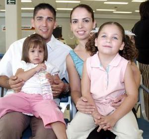 Fernando Russek, Alejandra de Russek, Regina y Paulina viajaron a Los Ángeles