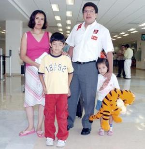 <b>24 de junio</b><p> Francisco Morales, Érika Cazelín, Francisco y Fernanda viajaron a Puebla.