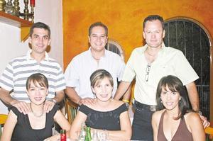 <I>José Carsó celebra su cumpleaños</I><P> Luis Cabranes, Liliana Martinez, Ricardo Barrios, Martha Leal, José Carsó y Liliana Gómez