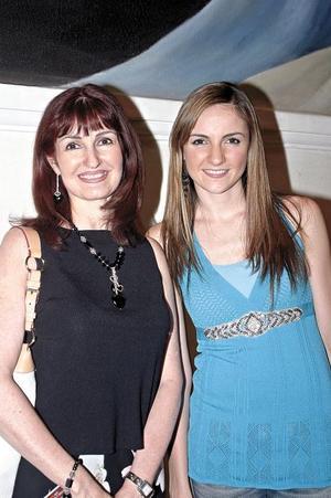 Zoila Valdés con su hija Natalia Muñoz Valdés.