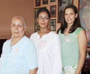 Patricia Gutiérrez de Carrillo, acompañada de las organizadoras de su fiesta de canastilla