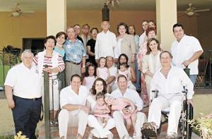 <I>Bodas de Oro</I><P> Fernando Mafud Santiago y Myrna Kaim de Mafud con sus hijos Fernando, Alfredo y Margarita, Myrna, Gerardo e Ivette, Mauricio, sus nietos y demás familiares.