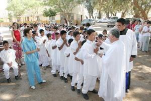 Grupo de niños de la Ciudad de los Niños que realizaron su Primera Comunión.