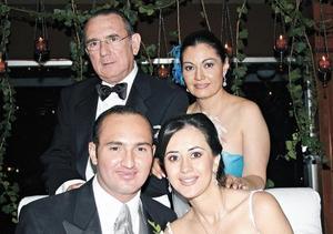 La nueva pareja junto a los papás del novio Alfredo d ´Argence Morell y Guadalupe Zardain de ´Argence