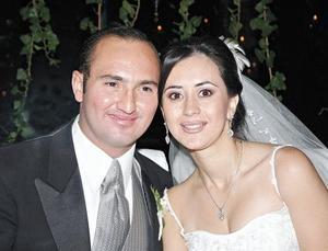 <I>Cumplen la ilusión del matrimonio</I><P> Los felices novios Rebeca Pámanes Muñoz y Alfredo D´Argence Zardain