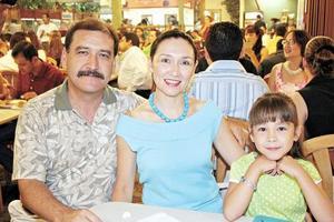 Miguel y Verónica Wong Sánchez con su hija Verónica