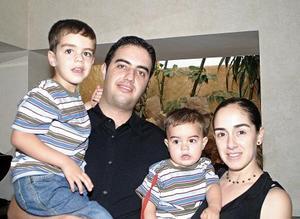 Alfredo Máynez y Marusa de Máynez con sus hijos Alfredo y Emilio