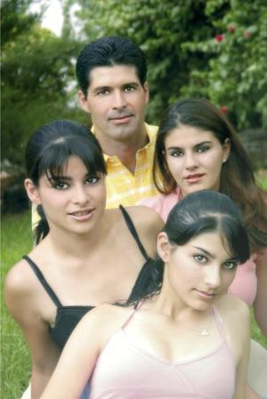 Luis García Valdés y sus hijas Marcela, Gaby y Sofía