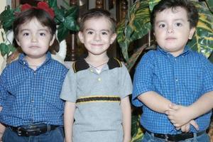 Juan Pablo e Iván Antonio Mosqueda Chávez celebraron su cumpkleaños en compañía de su primito Alejandro