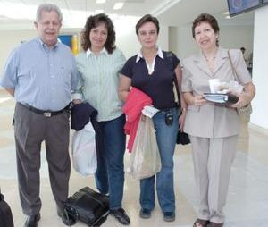 Lourdes Enríquez y Mariely Durán viajaron al DF,los despidieron Félix y Conny López Amor.