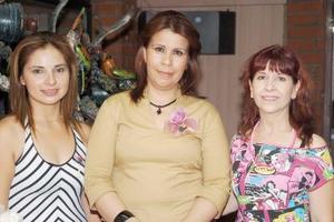 María del Carmen Nevárez Sánchez acompañada de las anfitrionas de su despedida de soltera, Luz María Orto y Elena Echavarría.