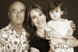 D-MV.Z. Luis Hermosillo Celada y C.P. Carmen Rodríguez de Hermosillo con su nieta Valeria Hermosillo González, en un estudio.