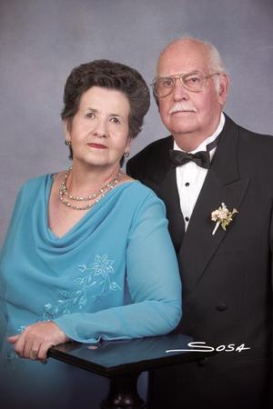 Sr. J. Carlos Martínez Samaniego y Sra. Josefina Aguado de Martínez, en una foto de estudio con motivo de sus Bodas de Oro