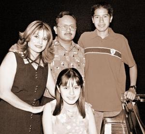 <b>26  de junio </b><p> Yolanda Hernández, Alejandro Velázquez, Damaris y Alejandro Velázquez  Hernández