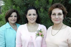 Patricia Tello Granados, acompañada por las anfitrionas de la despedida de soltera que le organizaron por su cercano matrimonio con Raúl Flores Vázquez.