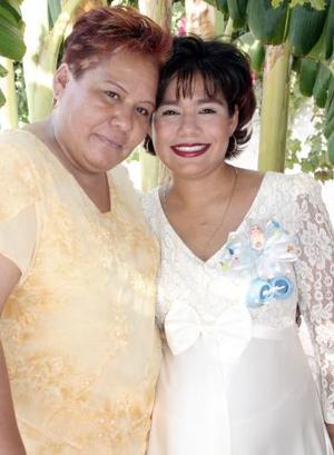 Giovanna Elizabeth Valenzuela de Soto disfrutó de una fiesta de canastilla en honor del bebé que espera, que le ofreció su mamá Genoveva Aguilar de Valenzuela.