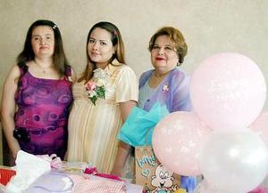La feliz festejada acompañada por las anfitrionas Graciela Wong de Huerta y Susana Pavón.
