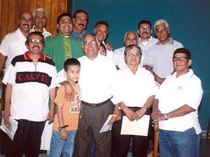 Alejandro Tabares con un grupo de amigos.