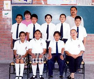 Alumnos de la escuela 13 de Septiembre Turno Vespertino de la colonia Siglo XX, acompañados de sus maestros.