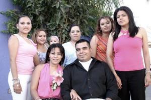 La feliz pareja rodeada de sus primas Julieta Arriaga, Martha Eloísa Arriaga, Lourdes Macías, Maribel de Aranda, María Elena Arriaga y Karina Mireles.