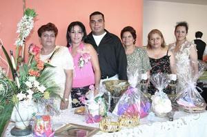 Los festejados acompañados por las organizadoras Conchita Mireles, María Elena Mireles, Mary Mireles y Lety Mireles.