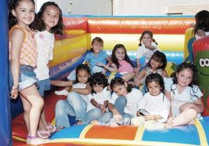 Mariángela Mejía Valenzuela disfrutó de una piñata, acompañada por un grupo de amiguitos.