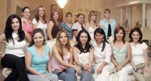 Mónica Silveyra festejó su cumpleaños, con una agradable reunión que le organizó un grupo de amigas y en la cual recibió muchos regalos además de multiples felicitaciones.