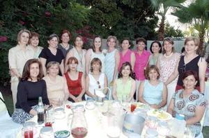 Patricia de la Torre de Ávalos captada con un grupo de amigas y familiares, en la fiesta de canastilla que le ofreció su mamá, Patricia Dillon De la Torre, con motivo del próximo nacimiento de su primer bébe.