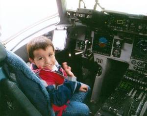 Andre Reed Ramos en la cabina del avión militar C-132 de la Fuerza Aérea de los Estados Unidos, en la base ubicada en la ciudad de Del Río, Texas.