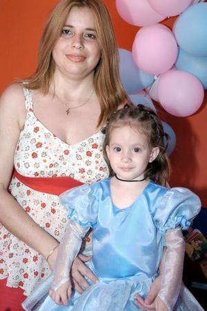 Brenda Mariana Ruiz Rodríguez, en su fiesta de cumpleaños junto a su mamá, Lorena Rodríguez.
