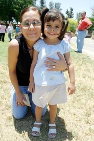 Esthela Orozco de Juárez junto a su hijita Luisa María Juárez Orozco.