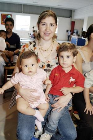 Los pequeños Silvano y Eduardo Silveyra Silerio con su mamá, María del Carmen Silerio de Silveyra, en una piñata.