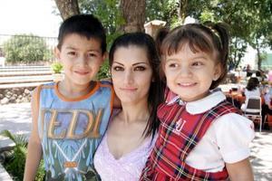 Norma León  con sus hijos Giussepe y Michelle Sobrino León, en una agradable reunión.