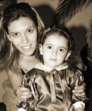 Roxana López Baranda con su hijita Ana Ximena, en reciente festejo.