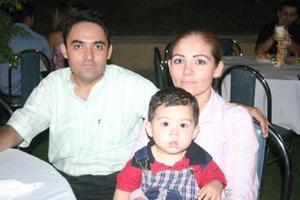 <b>27  de junio </b><p> Ricardo Chapa y Helen Gálvez de Chapa, con su hijito Ricardito.
