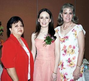 La feliz festejada acompañada por su suegra, María Eugenia Vázquez Elizondo y su mamá, María Magdalena Romo de Palacios.