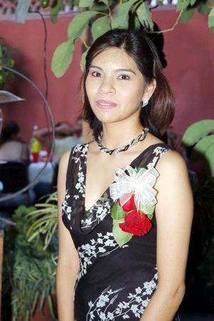 <b>29 de junio </b><p> Flor Sifuentes Yong recibió múltiples felicitaciones por su próxima boda en la despedida de soltera que le ofrecieron sus familiares hace unos días.