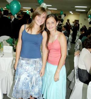 Ana Cristina Alatorre y Bárbara Barroso, en una fiesta de fin de clases.