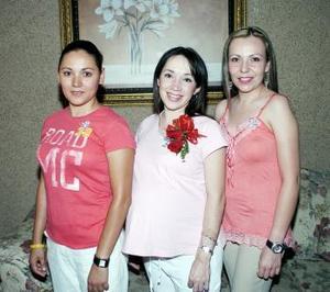 Itzel Soberón y Frida López le organizaron una fiesta de canastilla a Liliana Carrillo Villarreal, por el próximo nacimianto de su primer bebé.