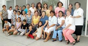 <b>27 de  junio</b><p> Integrantes del grupo de Voluntariado de Coahuila, captadas en reciente convivio social.