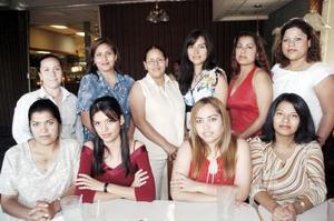 <b>28 de  junio</b><p>  Perla Ibet Trejo López acompañada por un grupo de amigas en la despedida de soltera que le organizaron, por su próximo enlace matrimonial con Jesús Guerrero Lobato.